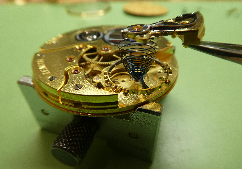 Révision d'un mouvement pour une montre de poche Zénith.